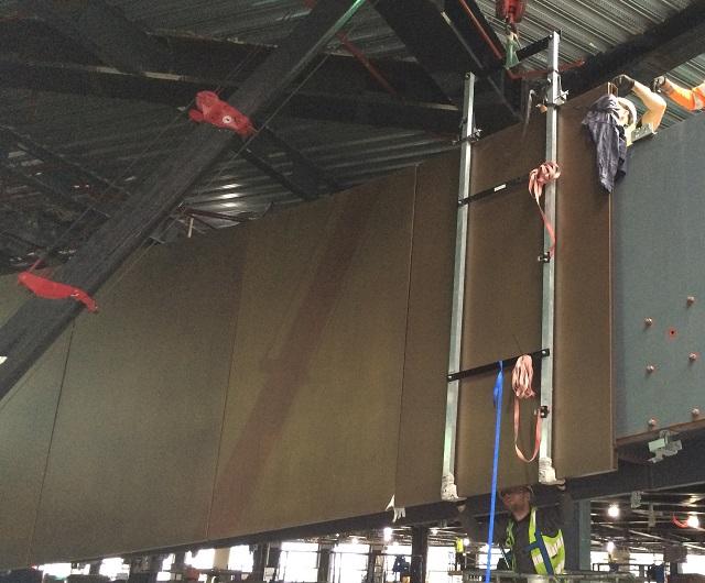 螺旋階段手摺壁ブロンズパネルの取付の様子