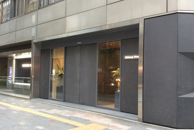 The entrance steel doors are also lined with hot-dipped and zinc phosphate coated steel panels