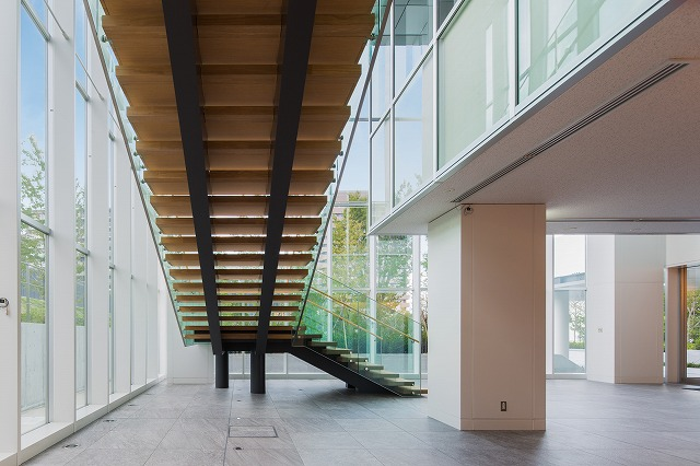 The rear side of the staircase reveals the stringer pipes and the diagonal allocation of columns