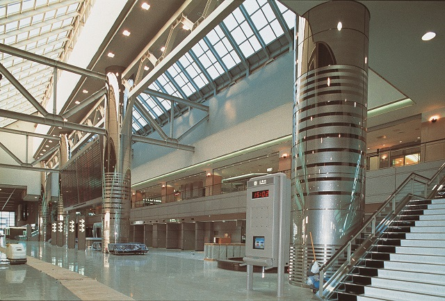Stainless steel round column covers in Narita Airport. φ2250㎜×H10400㎜ panels are mirror polished, and partially etched.