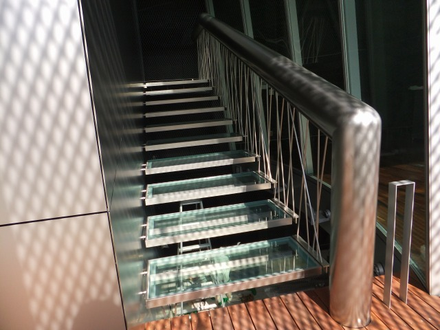 The L-shaped design of the extraordinarily large handrail