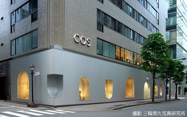 A facade of aluminium spandrels. Seamlessly installed with Kikukawa's proprietary installation craftsmanship.