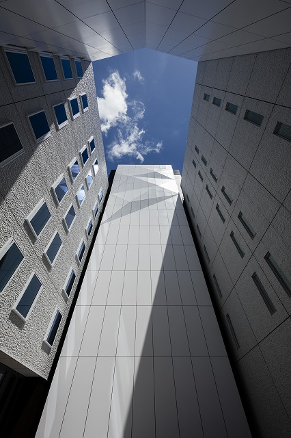 OVOL Nihonbashi Building, the aluminium panels in the courtyard