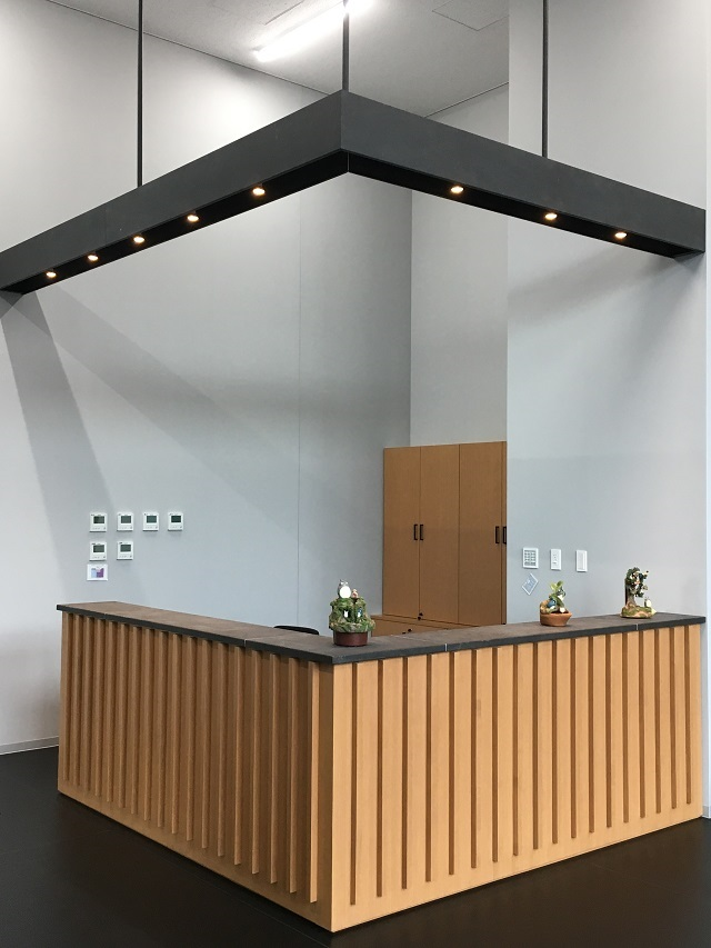 Zinc phosphate coated panels used for the reception counter and the lighting box