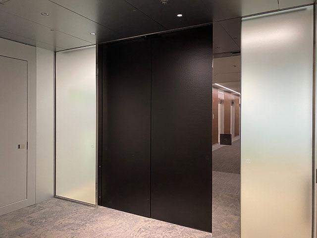 A stately door was actualised with Kikukawa's aluminium Tsuchime (hammertone) finish