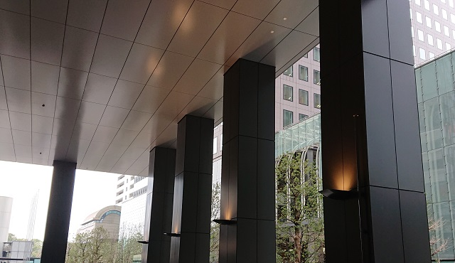 The aluminium cut-edge vestibule column covers of Otemachi One