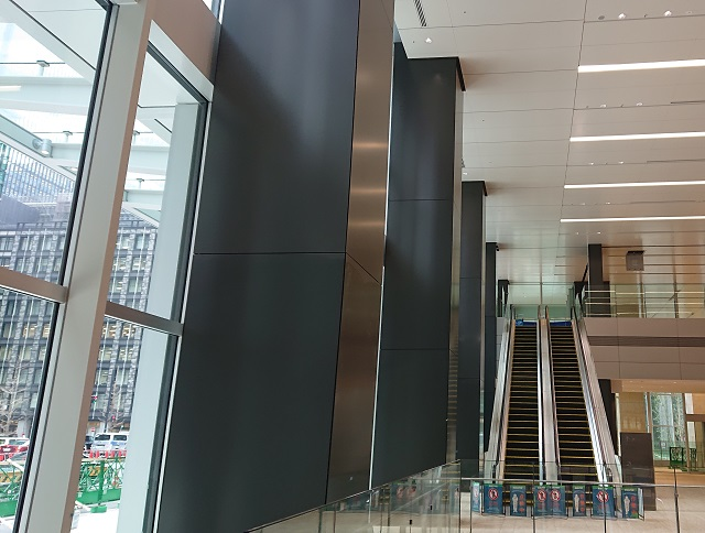 The aluminium cut-edge panels at the entrance lobby of 'Otemachi One Tower'
