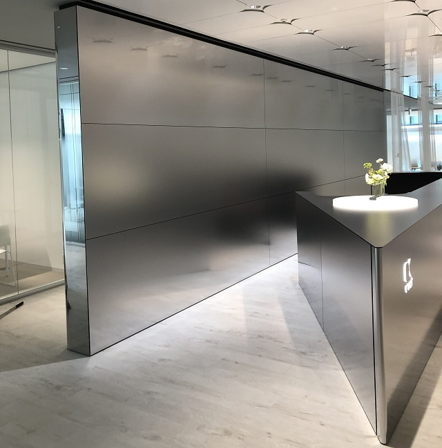 Carefully crafted R bent edge of the counter, and the gradient pattern blasted independent wall panels