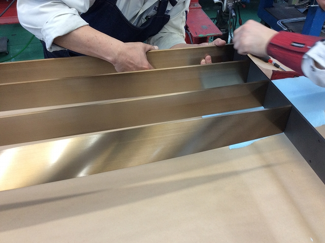 Assembling the louvres and the frame