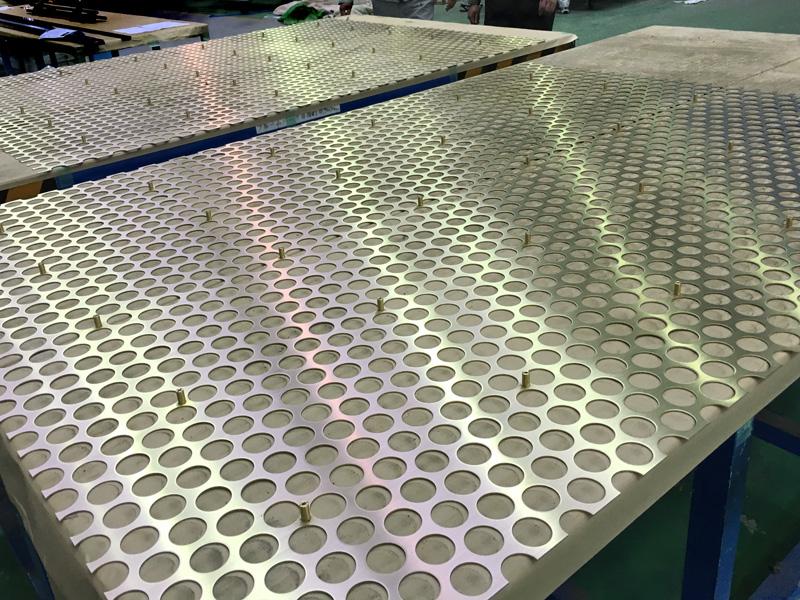 組み立て前の大板真鍮パンチングパネル。