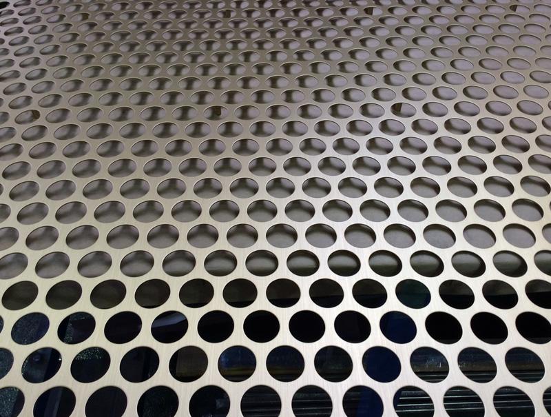 真鍮パンチングの大板パネル製品。接合部は写真下部左から2番目と3番目のパンチングの間。