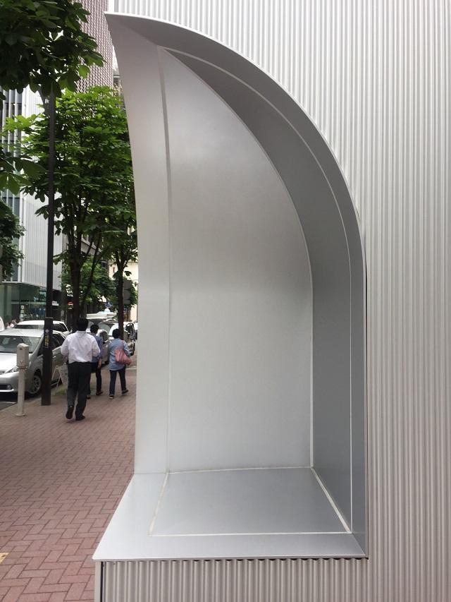 アルミパネルの曲面とコーナーの取合が特徴的