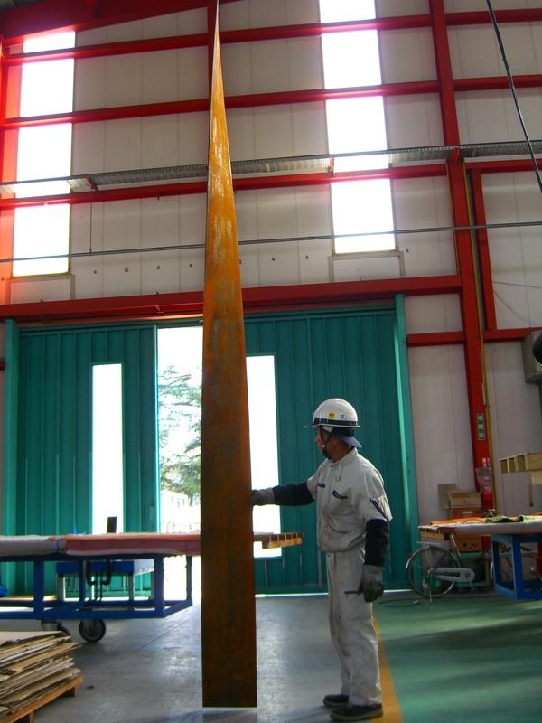 ツイスト加工の角度や精度を確認するために、一枚一枚吊るします