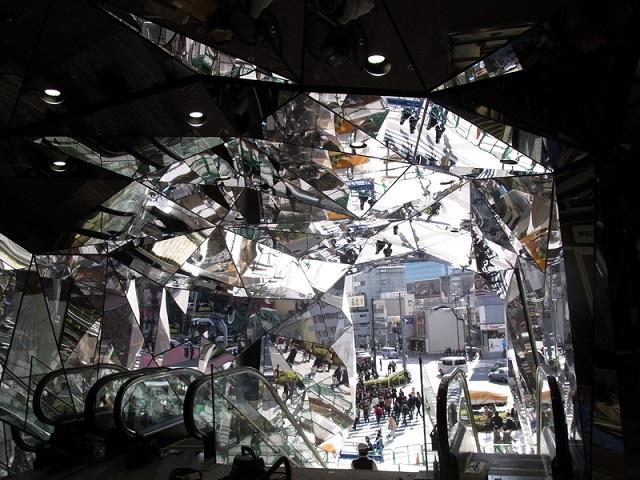 内部から視たSUS鏡面の万華鏡パネル