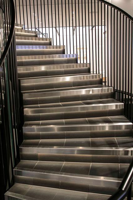 ライトアップされた階段と手摺。手摺部には、合成樹脂の黒塗装を施し、つややかでスタイリッシュな仕上がりとなっています。