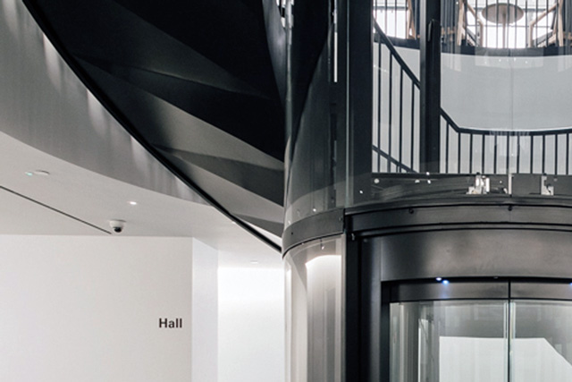 螺旋階段の天井は、緩やかな蛇腹形状を描きながら斜めに上がっていきます