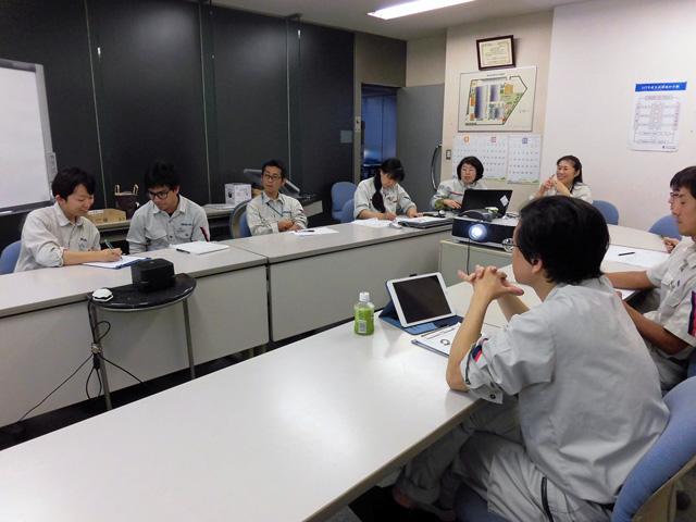 フィリピン出身の新入社員も、設計部の一員として作図手順の効率化や作図技術の向上に取り組みます