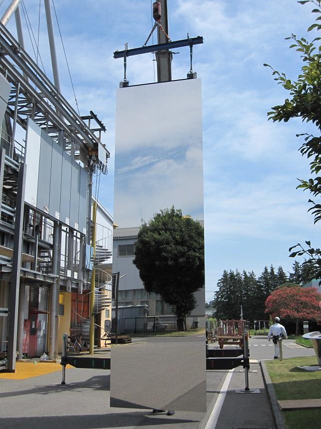 大型SUS鏡面外装パネルに空や景色が鮮やかに映っている