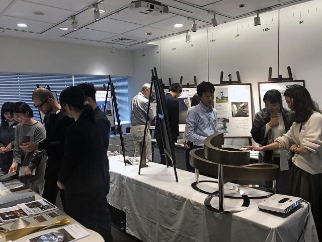 当日限定で開催した展示室内。サンプルやパネルをじっくりご覧になる皆さま