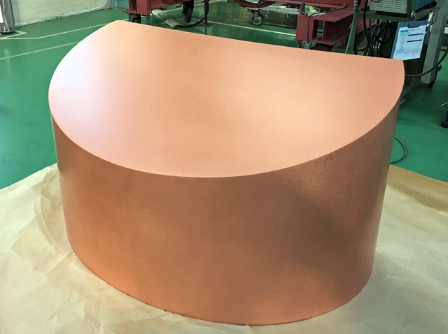 銅の素地を活かした仕上げと光沢が美しいフードカバー