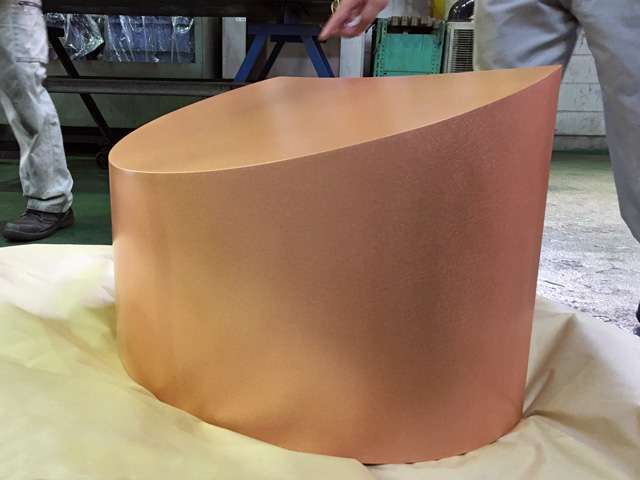 完成した銅フードカバーの製品検査を行っている様子。