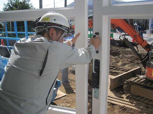 引手下のハンドルを手動に切り替えて大扉の開閉を確認する様子