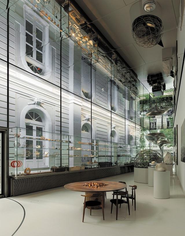 「The Pavilion」のステンレス鏡面パネル:細目地や点検口の工夫で一体の鏡のような納まりとなっている