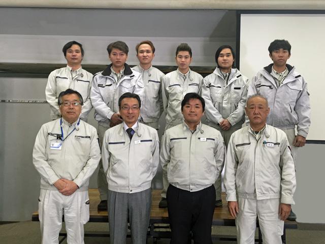 社内の朝礼送別会を終えたあとの記念写真。後列がベトナム技能実習生第3期生、前列が当社役員