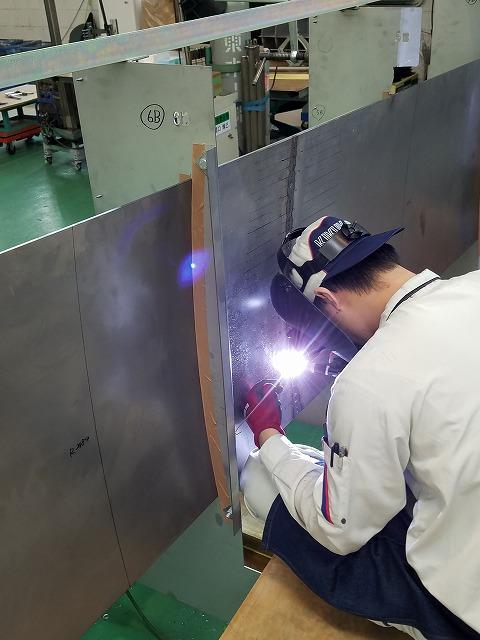 曲げた板材の形状を保つために、難易度が高い立てた状態での溶接を施している様子。