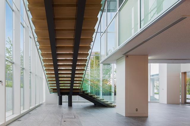階段を裏から見ると、裏板が無いことと、支柱が斜めに位置していることがわかります。