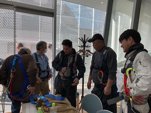 特別教育にてフルハーネス型墜落制止用器具を実際に着用している:KIKUKAWA東京オフィスにて(2/23)