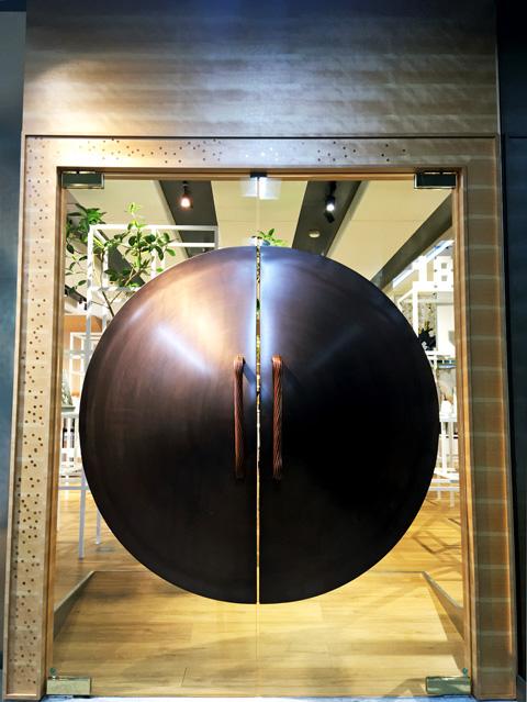 「Studio K+」の入口にある銅門(あかがねもん)