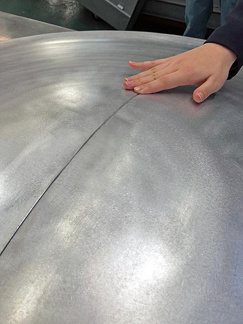 3次元のレーザー切断を施したお椀型のアルミ材。切断面がピッタリ合う。