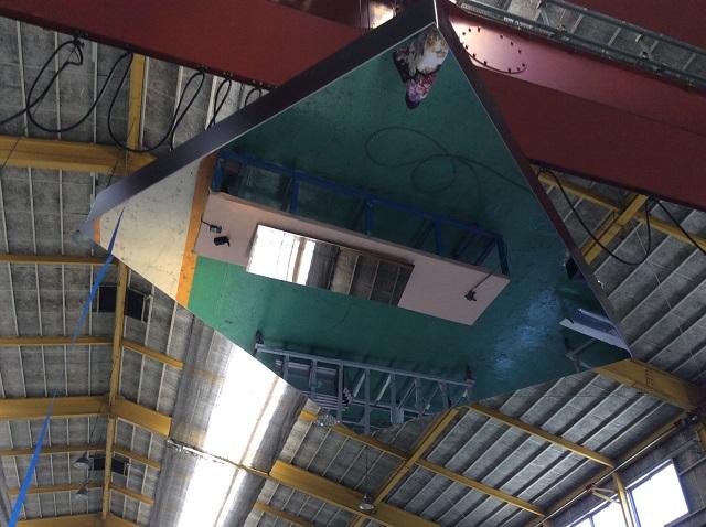 ステンレス鏡面天井パネルの映像を確認している様子