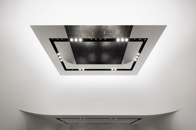 ステンレス鏡面の吊り天井パネルは映像に乱れがない