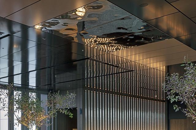 施行されたステンレス鏡面エンボス天井パネル