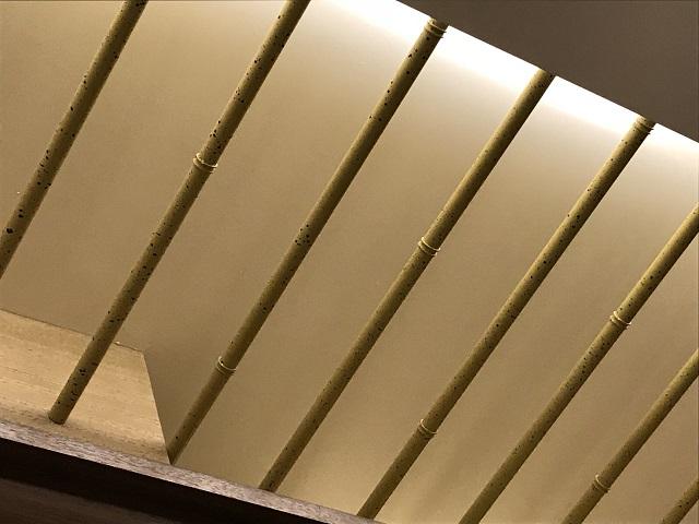 節も再現した竹風塗装を施した金属天井ルーバー