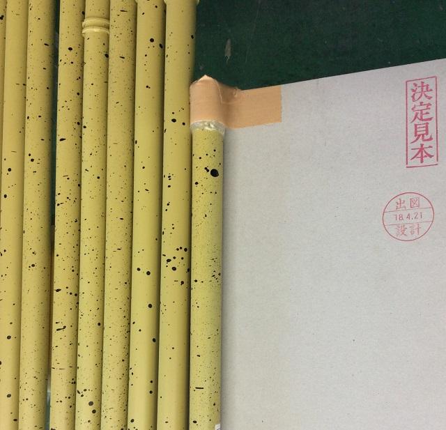 竹風ルーバーの塗装仕上がりを決定見本と比較して確認