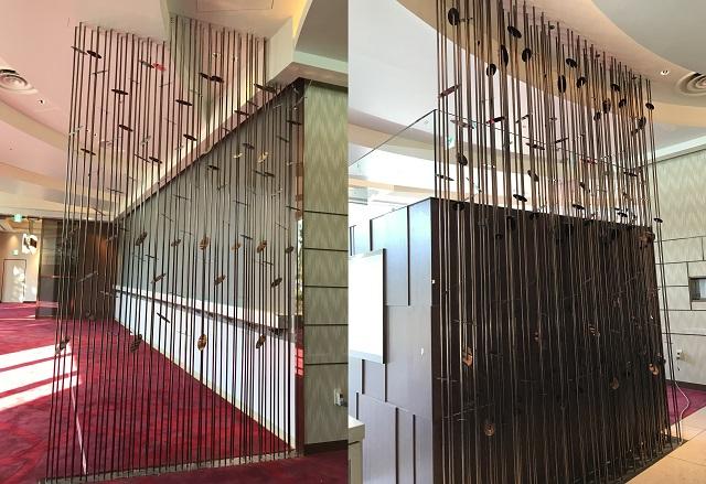 SUS鏡面にブロンズ色のカラークリアーを施した装飾パーテーション