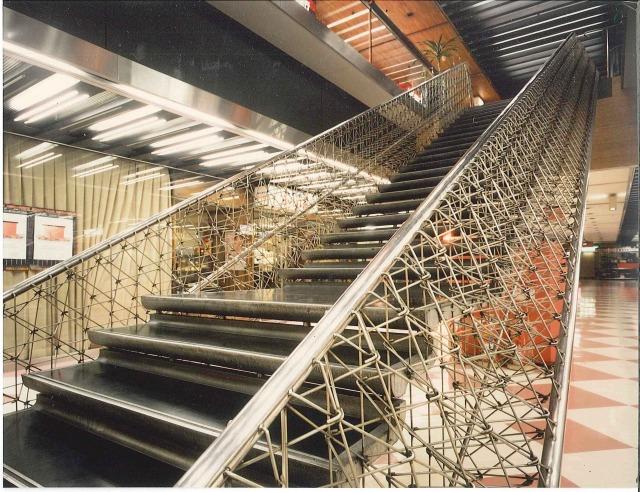 「夢の階段」の手摺部分。ササラは、ステンレスの丸棒を編み込んであるネット状になっている。