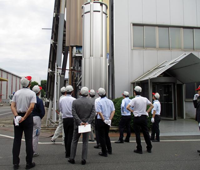 2019年6月28 日に「日本鋼構造協会」を通じて講習会として、24名の皆さまが来場しました。工場を見学される皆さまの様子。