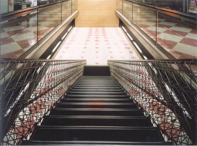 1階から見下ろした「夢の階段」。ササラがネット上であるため、B1Fの様子も見える。