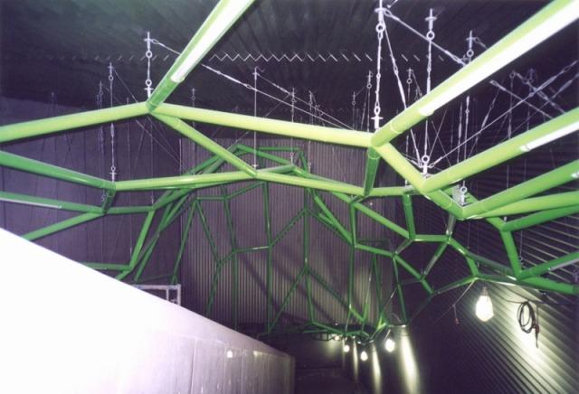 ジョイント部を吊りボルトやワイヤーで吊った納まり