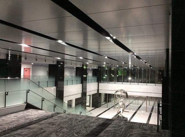 アルミ製カットパネル天井が格式を高めている