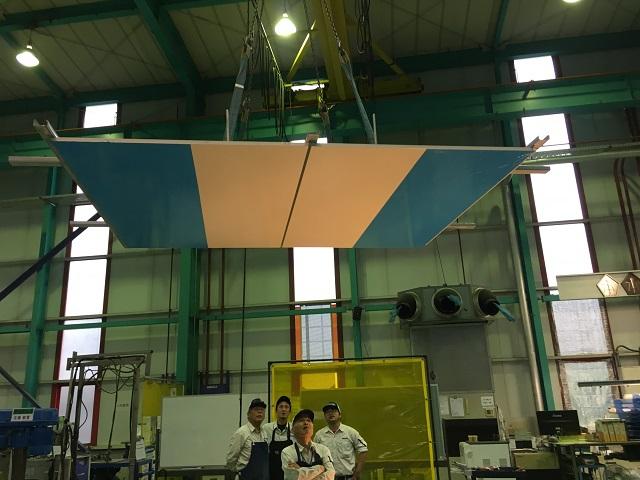 アルミパネル天井の実物大モックアップを吊るして検査する様子