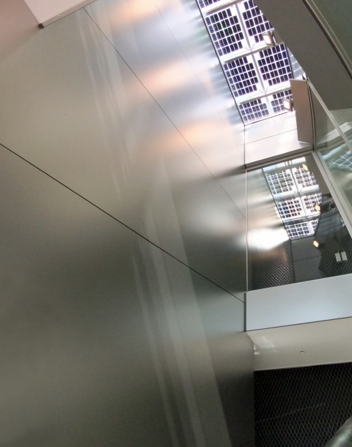 2階から吹き抜けを見上げた写真。吹き抜け部の面がちょうど斜め施工の面です。
