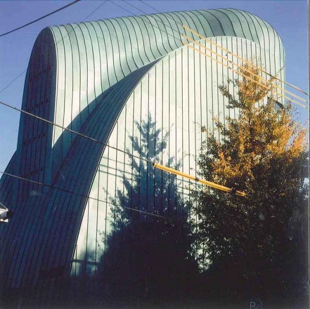 通りの反対側から建物を見れば、帽子をかぶったような丸い先端があり、背面に向かって緩やかな曲線を描いています。