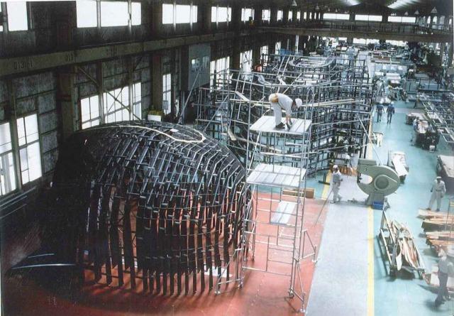 原寸大の型に、工場で仮組みする様子