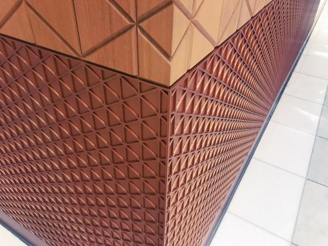 上部が木彫パネル、下部が木彫風のスチール・パネル。