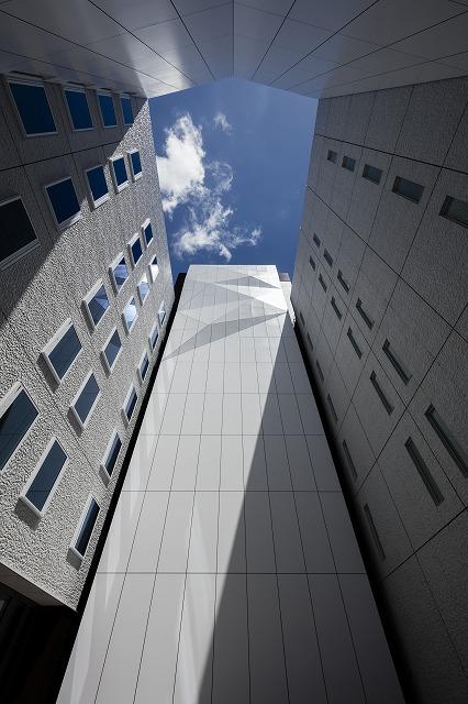 OVOL日本橋ビルの吹き抜け中庭の折り紙パネル